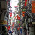 Die Strassen und Gassen in Hanoi's Altstadt sind sehr schmal. Die Orientierung fällt uns schwer.