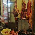. . . direkt neben dem Metzger. In den iranischen Basaren ist das durchaus üblich.