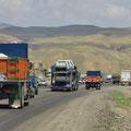 Viel Lastwagenverkehr Richtung Tehran.