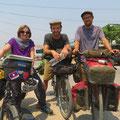 An der Grenze treffen wir Alex und Helmut aus Belgien, die nach Myanmar wollen.