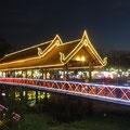 Es leuchtet, blinkt und glitzert - die Kambodschaner mögen es farbig.