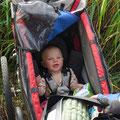 Neil, 7 Monate, geniesst die Tour meist schlafend im Trailer.