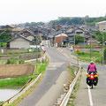 Wann immer möglich nehmen wir die kleinen Strassen durch Dörfer.