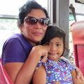 Grossmamma mit Enkeltochter. Sie spendiert uns einen gekochten Maiskolben.