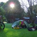 Am Morgen ist unser Zelt häufig nass. Wenn immer möglich schauen wir, dass die Sonne das Trocknen übernehmen kann.