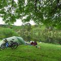Lauschiger Campingplatz am Fluss, aber ohne Trinkwasser. Erstmals kommt unser Wasserfilter zum Einsatz.