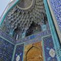 Immer wieder bestaunen wir wunderschöne Keramik-Mosaike an Portalen.