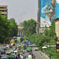 Verkehr und Heldenverehrung in Tehran.