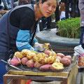 Strassenküchen verkaufen heisse Kartoffeln . . .