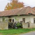 Solche Häuser sind auf dem Land keine Selteinheit. Sie sind (noch) bewohnt (Slowakei).