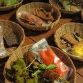 Rinde, Blätter, Früchte, Mineralien und anderes mehr werden zum Färben verwendet.