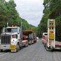 Auf der Strasse ab Zeehan sind Schwertransporte mit grossen Maschinen der Minenbetreiber unterwegs. Da heisst es aufpassen.