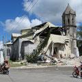 Alte Kirche mit schweren Erdbebenschäden.