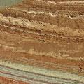 Interessante Gesteinsschichten auf dem Weg in die Wüste.