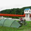 Zeltplatz bei einem Stauwehr.