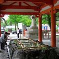 Das rituelle Mund spülen und Hände waschen vor dem Betreten der Tempel ist für die Japaner ein Muss.
