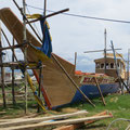 Bootsbau unter freiem Himmel.