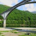 Zelten unter einer Brücke.