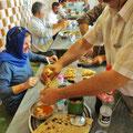 Wir bekommen eine Lektion, wie man richtig isst - sehr zum Spass der Gäste!