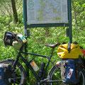 Immer wieder kann man sich als Radfahrer auf Karten orientieren.