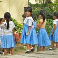 Auch wenn viele Familien arm sind, Schüler und Schülerinnen tragen eine saubere Schuluniform.