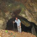 Am zweiten Tag wird eine Höhle erkundet.