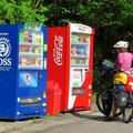 Getränkeautomaten stehen fast überall, auch abseits der Dörfer.