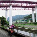 Vor Chigasaki drängen sich fünf Strassen und zwei Eisenbahntrassen in einem engen Tal.