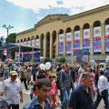 Der Befreiungstag wird in Georgien gross gefeiert. Das geschmückte Parlamentsgebäude.