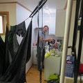 Nach dem Zelt waschen kommen die Fahrradhelme an die Reihe.