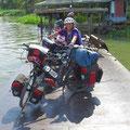 Auf einer kleinen Fußgänger- und Zweiradfähre in Kanchanaburi.