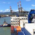 Behutsam wird unser Schiff in Cartagena an den Kai geschoben.
