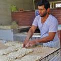 Die schmackhaften Fladenbrote, die bei keinem Essen fehlen, werden jeden Tag in grossen Mengen gebacken.