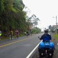 Heute Sonntag sind hunderte Radfahrer unterwegs. Nur wir sausen talwärts!