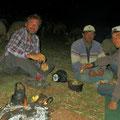 Türkische Linsensuppe mit Brot. Pit geniesst die Gastfreundschaft der Schafhirten.