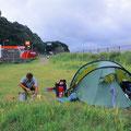 Heute dürfen wir das Zelt bei einer Tankstelle aufbauen. An manchen Abschnitten der Küste sind Zeltplätze sehr rar.