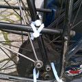 Beas Gepäckträger ist erneut gebrochen. Mit Kabelbindern lässt sich viel reparieren.