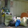 Abfallentsorgung in unserem Quartier. Müll trennen ist hier kein Thema.