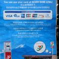 In Seven Eleven Läden spucken die ATM für Ausländer Geld aus. Sonst kann es mit ausländischen Kreditkarten in Japan echt schwierig werden. Da sind die Japaner wirklich hinter dem Mond.