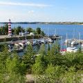 Von unserem Zelt haben wir einen tollen Blick über Hafen und Fjord.