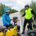 Mikael, eine Finne, schenkt uns ein Rücklicht für die langen Tunnels zum Kap.