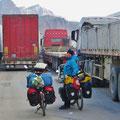 Morgens um 8 Uhr inmitten wartender Lastwagen. Die Grenze nach China ist wieder offen.