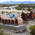 Makaber: im Februar 2010 fand hier eine 6-köpfige Familie den Tod. Das Autowrack wurde als Mahnmal dazugestellt.