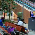 Bis in die frühen Morgenstunden dösen und schlafen wir im Kansai International Airport/Osaka.