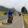 30 km vor Bogota dürfen wir auf einem feinen Radweg pedalen. Toll!