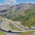 Endlose Kurven auf den Taldyk Pass.