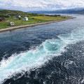 Kein Fluss sondern die Gezeitenströmung (hier die Flut) in einen kleinen Fjord.