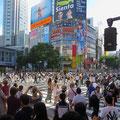 Die Shibuja Kreuzung in Tokio ist die meist frequentierte Kreuzung der Welt. Bis zu 15'000 Menschen pro Ampelphase wechseln hier die Strassenseiten.