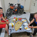 Shahab empfängt uns ins Tehran mit Fladenbrot und Käse.
