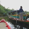 Umsteigen auf die schmalen Ruderboote.